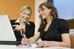 Weibliche Teamwork lizenzfreie stockfotografie