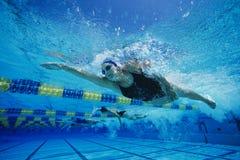 Weibliche Teilnehmer, die im Schwimmen-Rennen konkurrieren Stockfotos