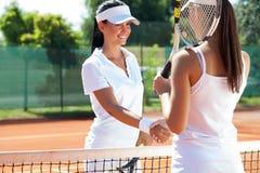 Weibliche Tennisspieler, die Hand rütteln Lizenzfreies Stockbild