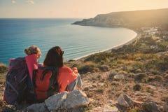 Weibliche Touristen, die auf die Oberseite des Berges stillstehen Stockbilder