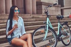 Weibliche tragende Bluse des sexy Brunette und Lizenzfreies Stockbild