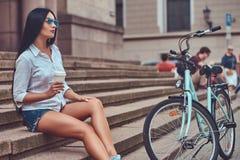 Weibliche tragende Bluse des sexy Brunette und Stockbilder