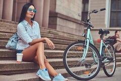 Weibliche tragende Bluse des sexy Brunette und Stockfotos