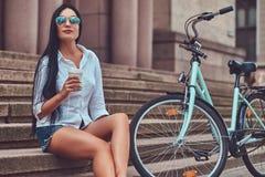 Weibliche tragende Bluse des sexy Brunette und Stockfotografie