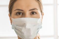 Weibliche tragende Gesichtsmaske Lizenzfreies Stockfoto