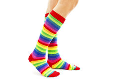 Weibliche tragende Regenbogen farbige Socken Stockbild