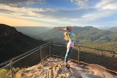 Weibliche Umarmung der neue Tag mit Bejahungen blauem Berg lizenzfreie stockbilder
