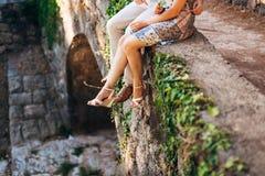 Weibliche und männliche Füße auf den Felsen Lizenzfreie Stockfotografie