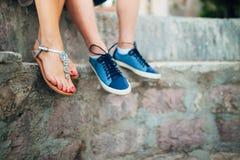 Weibliche und männliche Füße auf den Felsen Stockfoto