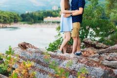 Weibliche und männliche Füße auf den Felsen Stockfotos
