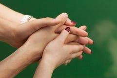 Weibliche und männliche Hände in der Umarmung stockbilder