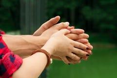 Weibliche und männliche Hände in der Umarmung lizenzfreie stockfotografie
