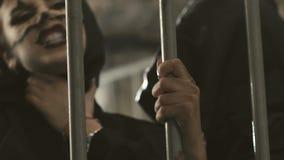 Weibliche Vampire, die im Gitter sich erdrosseln langsam stock video