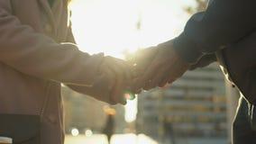 Weibliche verlassende hoffnungslose männliche Hand und weggehen, defekte Beziehungen, Abschied stock video footage