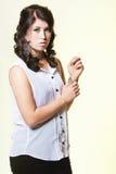 Weibliche vorbildliche Aufstellung mit einem gelben Hintergrund Lizenzfreie Stockfotos