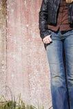 Weibliche vorbildliche Stellung an der Wand Lizenzfreie Stockfotografie