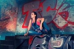 Weibliche vorbildliche tragende Korsetts und Jeans Stockfotografie