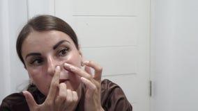 Weibliche Wäschen, Unebenheiten, Abstriche mit Sahne, Gesicht mit Akne stock footage