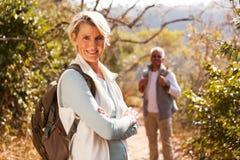 Weibliche Wandererarme gefaltet lizenzfreies stockfoto