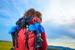 Weibliche wandernde Frau, die während der Wanderungswanderung auf Toscan glücklich und gelächelt worden sein würden Lizenzfreie Stockfotografie
