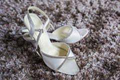Weibliche weiße Hochzeits-Schuhe Stockfoto