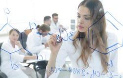 Weibliche, weiße Robe, Schreiben, Labor, kaukasisch Lizenzfreies Stockbild