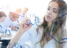 Weibliche, weiße Robe, Schreiben, Labor, kaukasisch Stockfoto