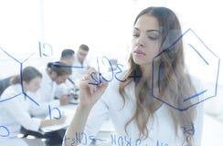 Weibliche, weiße Robe, Schreiben, Labor, kaukasisch Lizenzfreies Stockfoto