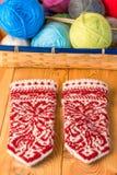 Weibliche Winterhandschuhe mit Muster eigenhändig Lizenzfreies Stockbild