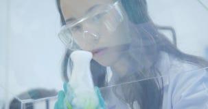 Weibliche Wissenschaftler der medizinischen Forschung setzten Trockeneis in einen Glasbecher stock video
