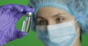 Weibliche Wissenschaftlerholdingampulle in der Hand, neue sich entwickelnde Medikation, Schutzimpfung stock footage