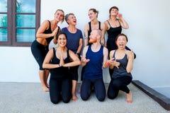 Weibliche Yogastudenten und ihr Yogalehrer Stockfotos