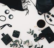Weibliche Zubehörcollage der flachen Lage mit schwarzem Kleid, Gläser, Uhr, Wimperntusche stockbild