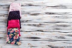 Weibliche zufällige Hosen mit Druck Stockfotos