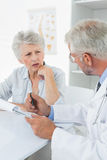 Weiblicher älterer Patient, der einen Doktor besucht Lizenzfreies Stockbild