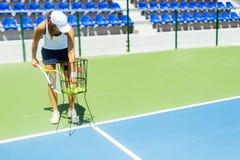 Weiblicher übender Service des Tennisspielers Lizenzfreies Stockbild