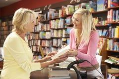 Weiblicher Abnehmer in der Buchhandlung Stockfoto