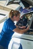 Weiblicher Aero Ingenieur Working On Helicopter im Hangar Stockbilder