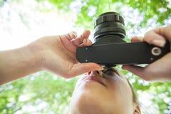 Weiblicher Amateurphotograph Outdoor stockbilder