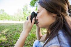 Weiblicher Amateurphotograph Outdoor lizenzfreies stockbild