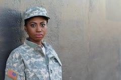 Weiblicher amerikanischer Soldat - Archivbild mit Kopien-Raum Lizenzfreie Stockfotografie