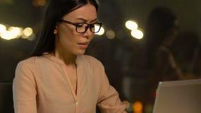 Weiblicher Angestellter, der versucht, zu den Tätigkeiten, Burnoutverhinderung positiv zu reagieren stock video