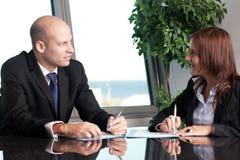 Weiblicher Angestellter im Büro Lizenzfreie Stockbilder
