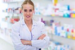 Weiblicher Apotheker stockbild