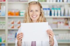 Weiblicher Apotheker Holding Blank Paper Stockbild
