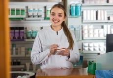 Weiblicher Apotheker im Drugstore Lizenzfreies Stockfoto
