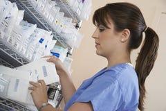 Weiblicher Apotheker-Working In Hospital-Raum Lizenzfreie Stockfotos