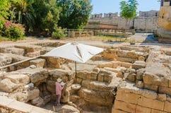 Weiblicher Archäologe Old Town Griechenland an einem sonnigen Tag Griechenland Stockfotografie