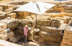 Weiblicher Archäologe Old Town Griechenland an einem sonnigen Tag Griechenland Lizenzfreies Stockbild