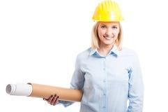 Weiblicher Architekt, der den gelben Sturzhelm hält Pläne trägt Stockfoto